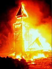 Fuego en el Oeste... 180px-Iglesia_ardiendo