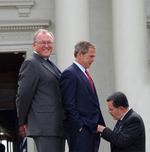 Tiedosto:What-is-bush-doing.jpg