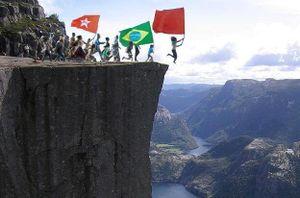 Adiante brasileiros ao precipicio.jpg