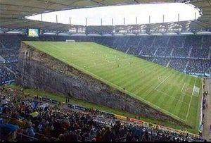 Campo de fútbol inclinado.jpg
