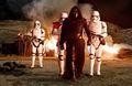 Kylo Ren e os stormtroopers.jpg