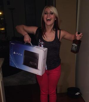 Loura botellón con PS4 e Jack Daniel's.png
