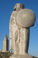 Estatua de Breogán, de Xosé Cid, preto da torre de Hércules.