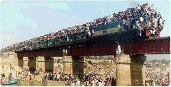 中央東線、旧立場川橋梁で行われた集団トレインサーフィン。