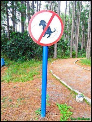 Placa proibindo a entrada dos pokémons