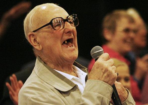 Arquivo:Teu avô cantando.jpg