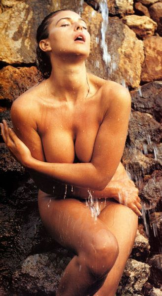 Arquivo:013 monica bellucci bathing-1-.jpg