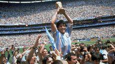 Maradona levantando o troféu da Copa do Mundo em 1986.jpeg