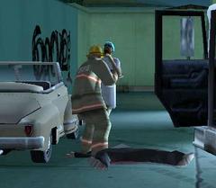 Um bombeiro lidando com a população.