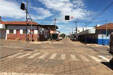 Não confunda uma bela vista à esquerda, com uma Bela Vista de Goiás à direita, com seus semáforos fictícios.
