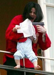 Michael Jackson, em polêmica aparição com seu filho