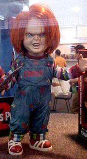 O pequeno Chucky nos tempos de criança com suas brincadeiras inocentes.