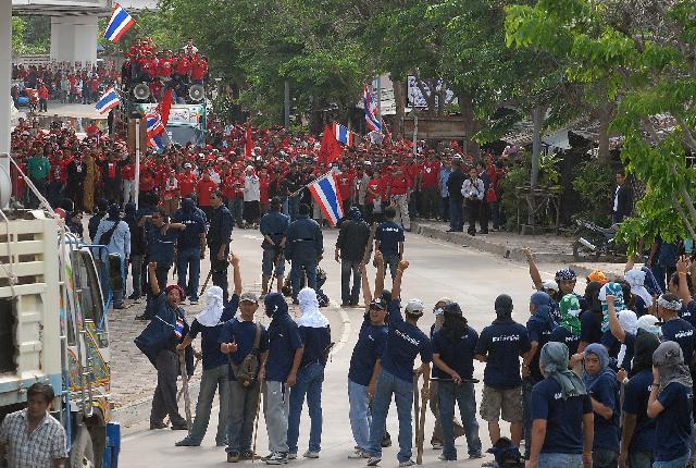 ไฟล์:Blue and Red army.jpg