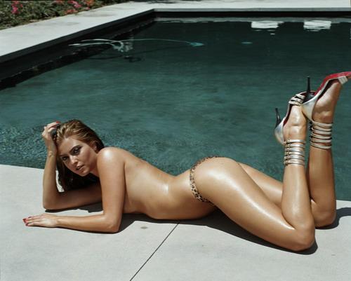 Holly valance fingindo topless.jpg